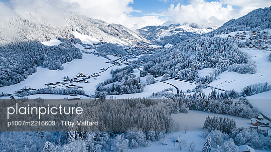 France, Snowy valley - p1007m2216609 by Tilby Vattard