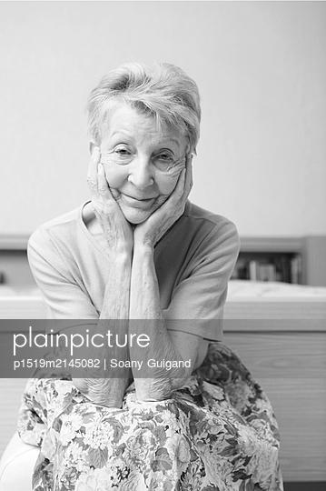 Schwarz-Weiß Portrait einer Älteren Frau - p1519m2145082 von Soany Guigand