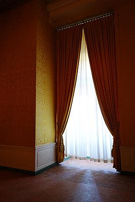 Vorhang im Schloss Chambord  - p1189m1221933 von Adnan Arnaout