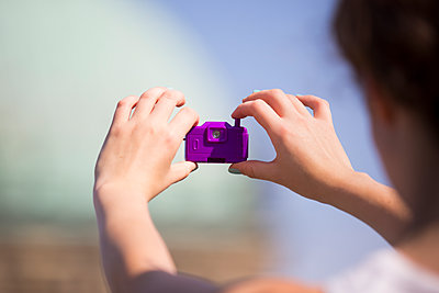 Junge Frau mit Fun-Kamera - p1325m1464675 von Antje Solveig