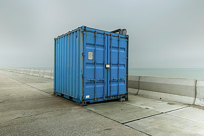 Blauer Container - p1488m2219758 von Sid Miller