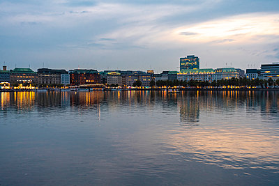 Cityscape with Binnenalster at sunset, Hamburg, Germany - p300m2114909 by A. Tamboly