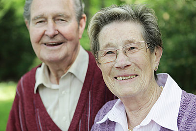 Germany, Cologne, Portrait of senior couple in park, smiling - p300m2207245 by Jan Tepass