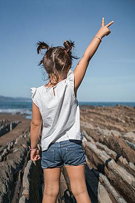 family with 2 children enjoying the beach and cliffs of the Basque country - p300m2256622 von SERGIO NIEVAS