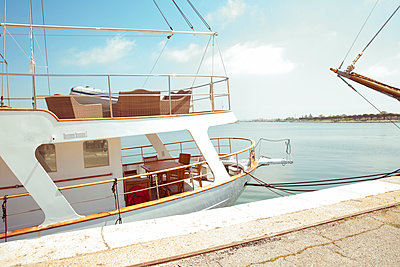 Verlassenes Segelboot  - p432m1590385 von mia takahara
