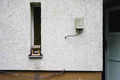 Vogelhaus und Stromkabel - p1085m854319 von David Carreno Hansen