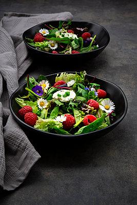 grüner Salat ((Rucola, Spinat, Roter Mangold, roter Eichblatt, lollo rosso, Feldsalat) mit Himbeeren, gerollter Frischkäse (mit Schnittlauch) und essbare Blüten (Stiefmütterchen, Gänseblümchen und Borratsch) - p300m2156496 von Larissa Veronesi