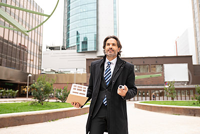 middle-aged businessman in the big city, Madrid / Spain - p300m2275251 von Jose Carlos Ichiro