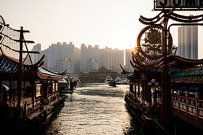 Aberdeen Harbour at sunset, Hong Kong Island, China, Asia - p871m1105919 by Ben Pipe