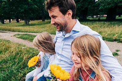 Family having fun at the park. London, England. - p300m2298792 von Angel Santana Garcia
