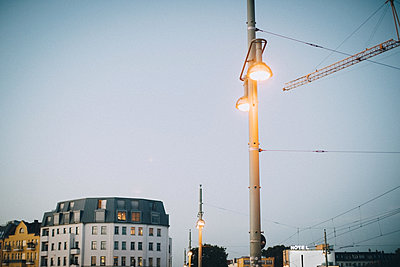 Low angle view of illuminated street light against clear sky at dusk in city - p426m2045783 by Maskot