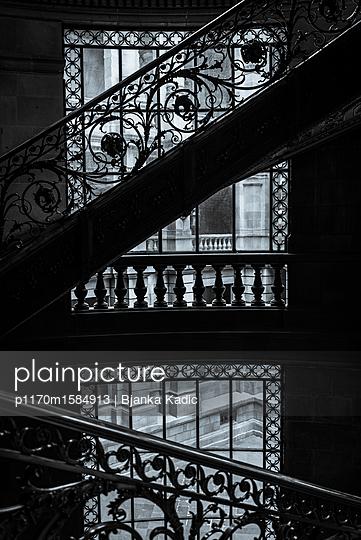 Verziertes Treppengeländer - p1170m1584913 von Bjanka Kadic