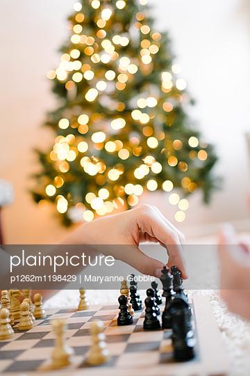 Jungen spielen Schach - p1262m1198429 von Maryanne Gobble
