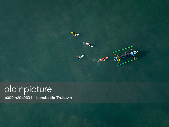 Indonesia, Bali, Kuta beach, Aerial view of surfers - p300m2042634 von Konstantin Trubavin