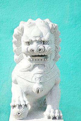 Asiatische Steinskulptur - p045m892375 von Jasmin Sander