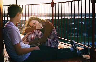 Junges Paar auf einem Balkon über der Stadt - p1694m2291644 von Oksana Wagner