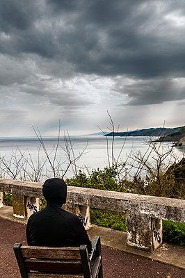 Man watching the sea - p470m1043016 by Ingrid Michel