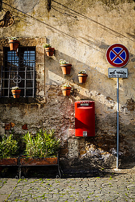 Old paved road and wall decorations in the Italian town of Orvieto - p968m1039194 by roberto pastrovicchio