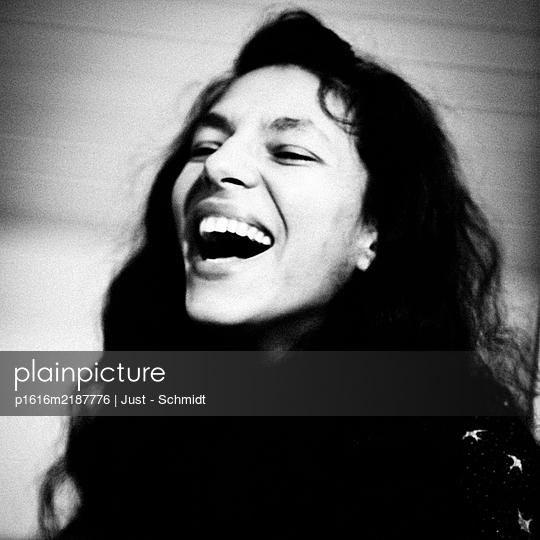 Laughing woman, portrait - p1616m2187776 by Just - Schmidt