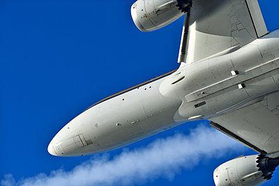 Boeing 787 Dreamliner airliner flying - p1048m2035877 by Mark Wagner