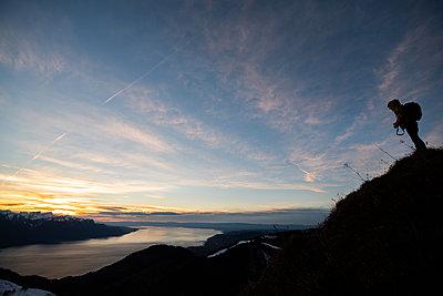 Person mit Sonnenuntergang am Genfer See im Hintergrund - p1455m2043678 von Ingmar Wein