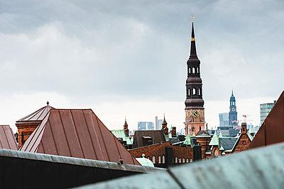 Blick auf Katharinenkirche und Michel über die Dächer der Speicherstadt, Hamburg - p1493m1584662 von Alexander Mertsch