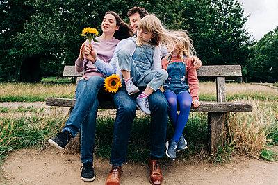 Family having fun at the park. London, England. - p300m2298921 von Angel Santana Garcia