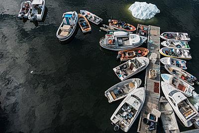Grönland, Motorboote an einem Holzsteg - p741m2108947 von Christof Mattes