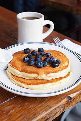 Pancakes mit Blauberen - p956m892200 von Anna Quinn