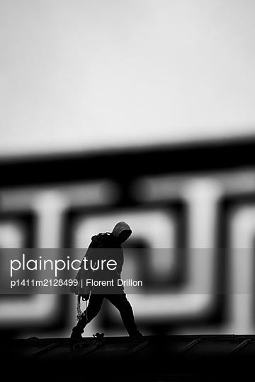 Man carrying rope - p1411m2128499 by Florent Drillon
