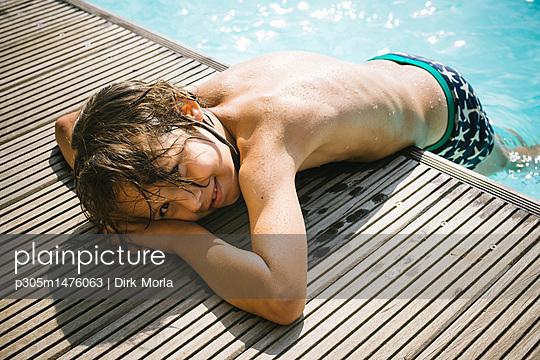 Sonnenbaden am Pool - p305m1476063 von Dirk Morla