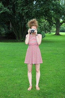 Fotografin im Park - p045m1051875 von Jasmin Sander