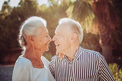 Greece, Laughing senior couple, portrait - p713m2283549 by Florian Kresse