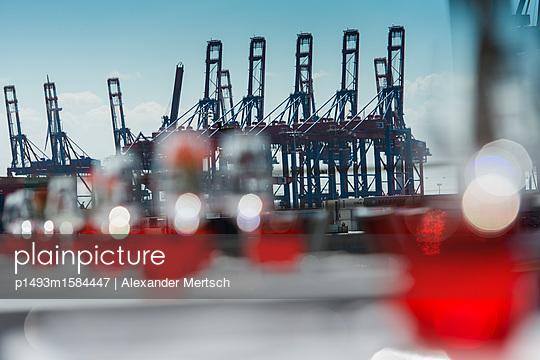 Blick von Restaurant auf Containerhafen, Hamburg - p1493m1584447 von Alexander Mertsch