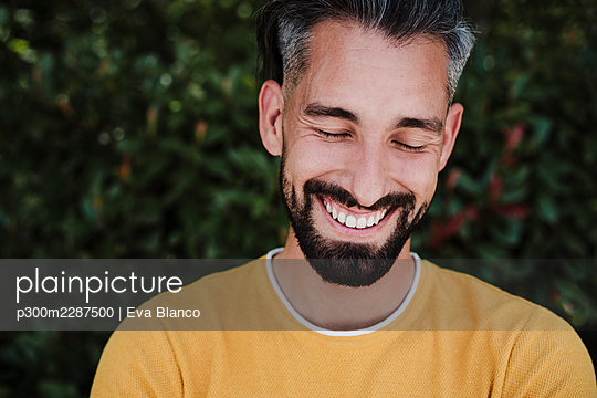 portrait of handsome man over green vegetation, Madrid, Spain - p300m2287500 von Eva Blanco