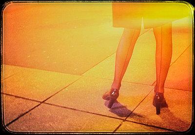 Frauenbeine - p567m1212525 von Alexis Bastin