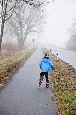 Rollschuh laufen - p570m866211 von Elke Röbken
