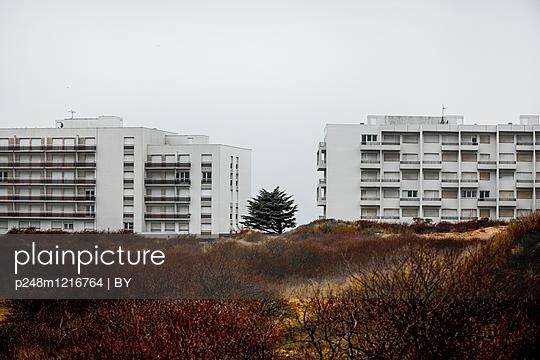 Appartmenthäuser in der Normandie - p248m1216764 von BY