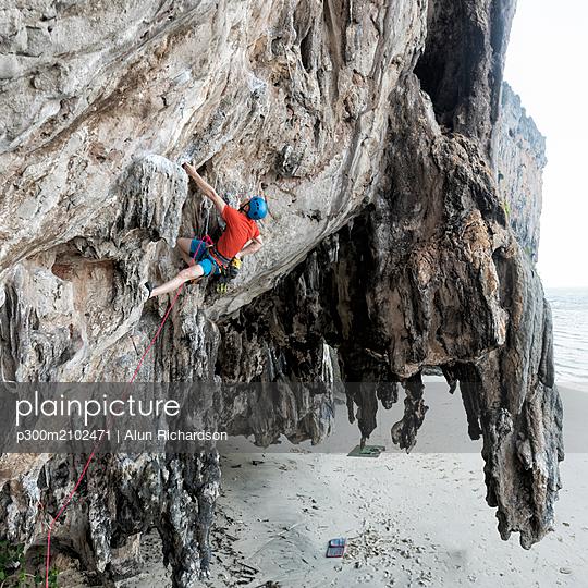 Thailand, Krabi, Lao liang island, climber in rock wall - p300m2102471 by Alun Richardson