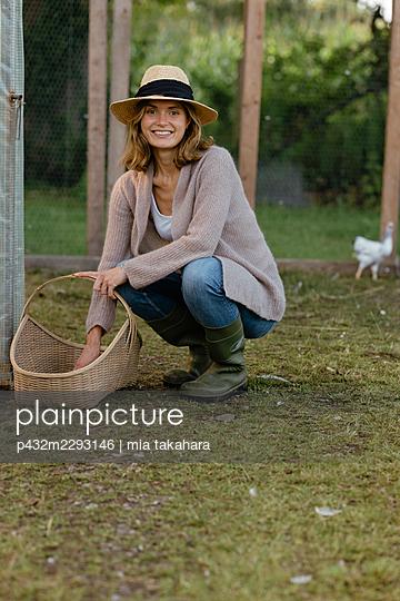 Junge Frau auf Hühnerhof - p432m2293146 von mia takahara
