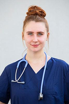 Junge Ärztin mit Stethoskop - p299m1586012 von Silke Heyer