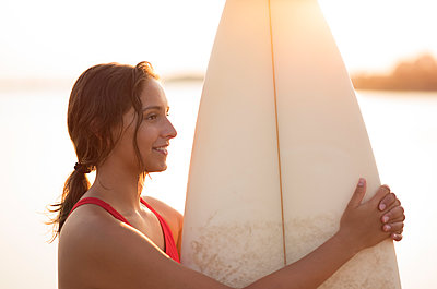 Young woman with surfboard - p552m2020162 by Leander Hopf