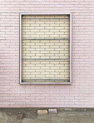 Bricked up window in brick wall - p237m2288003 by Thordis Rüggeberg