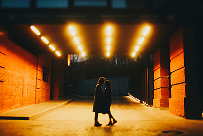 Caucasian couple standing on street in tunnel - p555m1444268 by Sophie Filippova