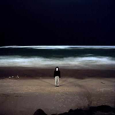 clockwork-woman in front of sea   - p5673472 by Sandrine Agosti-Navarri