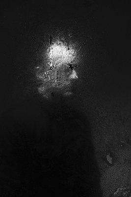 Mann im Dunkeln - p750m2055520 von Silveri
