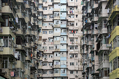 Densely populated housing estate, apartment building, Quarry Bay, Hong Kong Island, Hong Kong, China, Asia - p871m1498495 by Wendy Connett