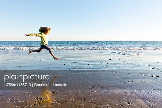 Am Strand - p756m1158713 von Bénédicte Lassalle