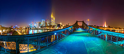 Germany, Hesse, Frankfurt, view to Eiserner Steg with skyline in the background at night - p300m981949f by pure.passion.photography