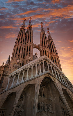 Sagrada familia cathedral at sunset, Barcelona, Catalonia, Spain, Europe - p429m1494521 by Lost Horizon Images